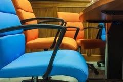 Blått- och apelsinstolar Arkivfoto