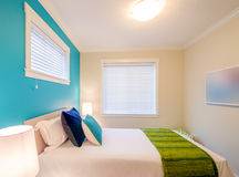 Blått och grönt sovrum för slags tvåsittssoffa tolkning 3D av ett kontorsutrymme Royaltyfri Fotografi