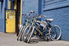 Blått och guling cyklar i New York Fotografering för Bildbyråer