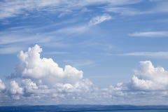 Blått och molnig sky Fotografering för Bildbyråer