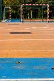 Blått och orange cementfotbollgård i parkera Arkivbild