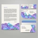 Blått och purpurfärgad blom- modell Arkivbild