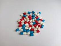 Blått och röd medicinsk kapsel Arkivfoto