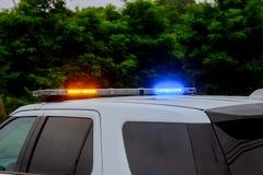 Blått och röda blinkande siren av polisbilen under väggspärret royaltyfri fotografi