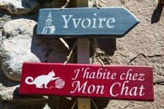 Blått och rött träriktningstecken till den Yvoire staden i franskt royaltyfria bilder