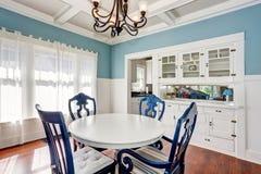 Blått och vit som äter middag område med den trevliga tabelluppsättningen Royaltyfri Fotografi
