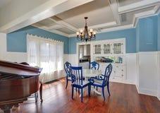 Blått och vit som äter middag område med den trevliga tabelluppsättningen Royaltyfria Bilder