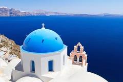 Blått- och vitkyrka på Santorini Royaltyfria Bilder