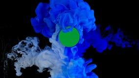 Blått och vitt färgpulver i vatten, explosion av färger arkivfilmer
