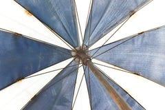 Blått och vitt kanfasparaply Royaltyfri Fotografi