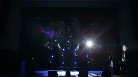 Blått och vitt ljus i den tomma teatern Etappbelysningbakgrund stock video