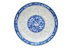 Blått och vitt porslin av blommamodellen på maträtten som isoleras på vit bakgrund ovanför blå tonad hjälpmedelsikt royaltyfri fotografi