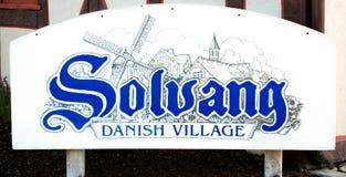 Blått och vitt Solvang danskt bytecken arkivbild