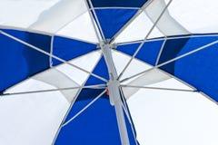 Blått och vitt strandparaply Fotografering för Bildbyråer