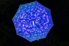 blått paraply Arkivfoto