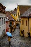 Blått paraply i Sighisoara Rumänien Royaltyfri Fotografi