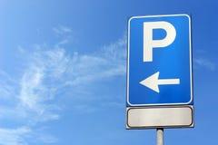 blått parkeringstecken Arkivbild