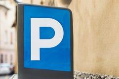 blått parkeringstecken Royaltyfri Fotografi