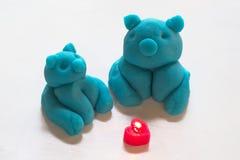 Blått piggy diagram som göras från lekdeg och hjärta-formade stearinljus Arkivbilder
