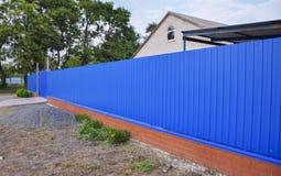 Blått port och staket arkivbild