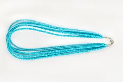 Blått prydd med pärlor halsband arkivfoton