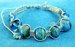 Blått prytt med pärlor armband Arkivfoto