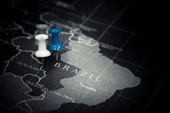 Blått pushstift på den Brasilien översikten Fotografering för Bildbyråer