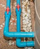 Blått PVC-rör och ventil till vattenpumpen Arkivfoto