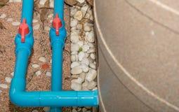 Blått PVC-rör och ventil till vattenpumpen Fotografering för Bildbyråer