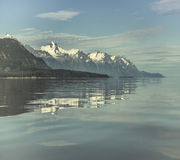 blått reflexionsvatten royaltyfri fotografi
