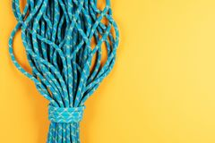 Blått rep på gul bakgrund fotografering för bildbyråer