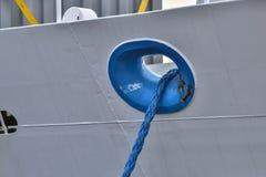 Blått rep som binds till den vita skrovet Royaltyfri Foto