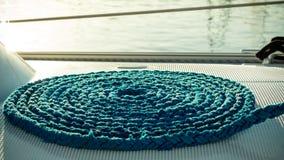 Blått rep som rullas ihop på skeppsdocka Royaltyfri Foto