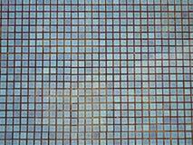 Blått rev sönder vatten i simbassäng med mosaiken för den keramiska tegelplattan i bakgrund Fotografering för Bildbyråer