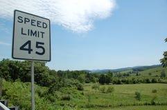 Blått Ridge Appalachia och vägmärke 45mph Royaltyfri Bild