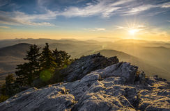 Blått Ridge Parkway Western NC för solnedgång för farfarberg Appalachian