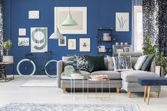 Blått rum med abstrakta modeller Arkivfoto