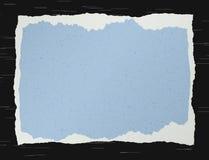 Blått sönderrivet kornigt papper på svart bakgrund stock illustrationer