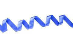 Blått skinande satängband på vit bakgrund Arkivfoton