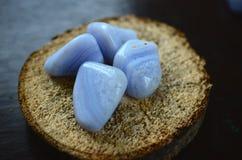 Blått snör åt agat dråsade stenen utmärkt för att handla med spänning, och sinnesrörelser dråsade blått snör åt agatkomfort och a arkivbild