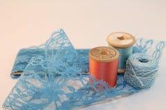 Blått snör åt med tråden Arkivfoto