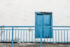 Blått stänger med fönsterluckor Arkivbilder
