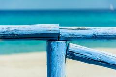 Blått staket framme av havet Arkivfoto