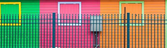 Blått staket vid färgrika väggar Fotografering för Bildbyråer
