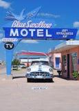 Blått svalamotell på historiska Route 66 Royaltyfri Fotografi
