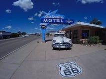 Blått svalamotell på historiska Route 66 Fotografering för Bildbyråer