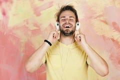Blått synad stilfull hipster med smartphonen Musikalisk livsstil royaltyfri bild