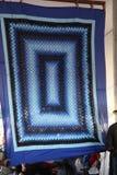 Blått täcke för Amish qildtopper på auktion Royaltyfri Foto