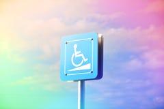 Blått tecken eller tillgängligt tecken för stål offentligt under den blåa himlen Royaltyfria Bilder