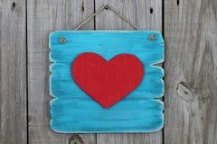 Blått tecken för antikvitet med stor röd hjärta Arkivbild